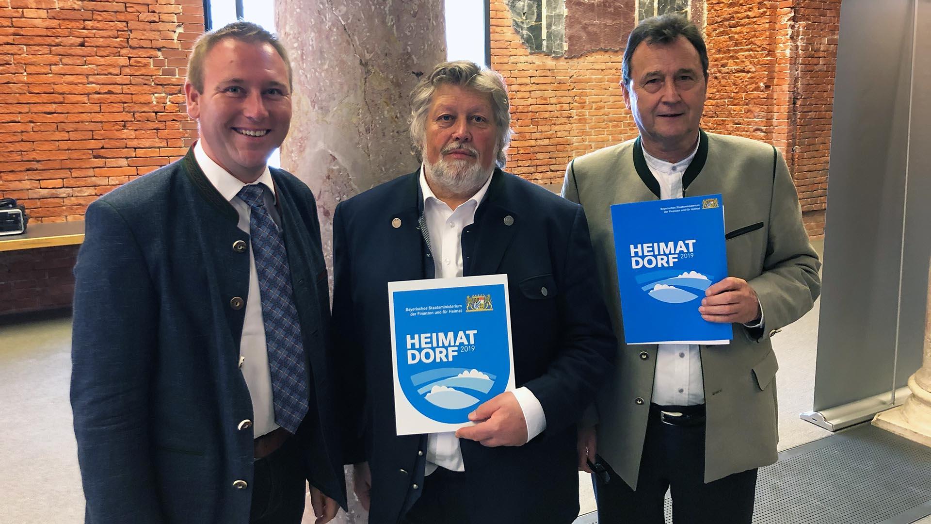 v.l.n.r.:Benjamin Miskowitsch (Landtagsabgeordneter), Michael Raith (1. Bürgermeister Adelshofen), Johann Siebenhütter (2. Bürgermeister Adelshofen)