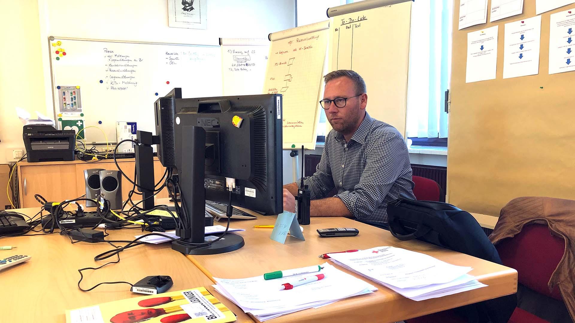Benjamin Miskowitsch im Krisenstab des Bayerischen Roten Kreuzes in Fürstenfeldbruck.